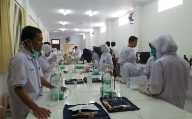 Training Health & Safety In The Laboratory SMK SMAK Makassar